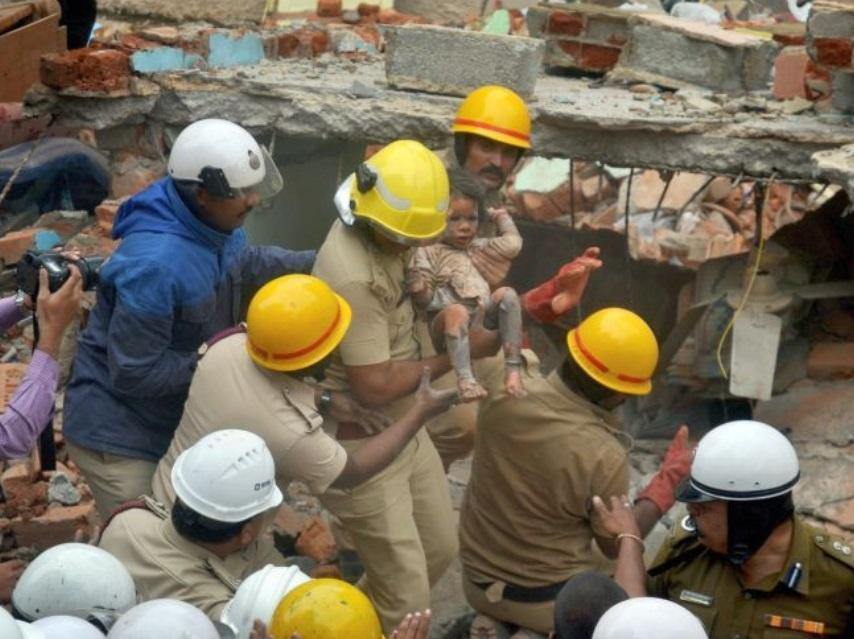 Explosión de gas derrumba edificio en India; hay siete muertos
