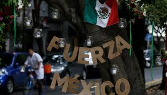 Rinden homenaje con flores y letreros a víctimas del sismo del 19S