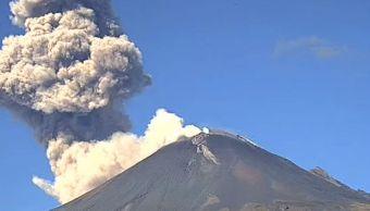 Fumarola del volcán Popocatéptl de 1.5 kilómetros