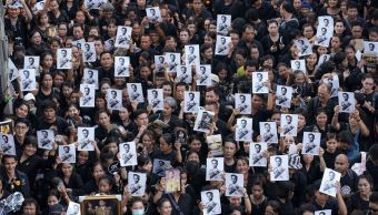 Miles personas se reúnen despedir rey Tailandia