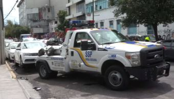 Detienen a operador de grúa por enganchar vehículo de funcionario