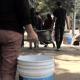 Habitantes de Xochimilco acarrean agua a un mes del sismo 19S