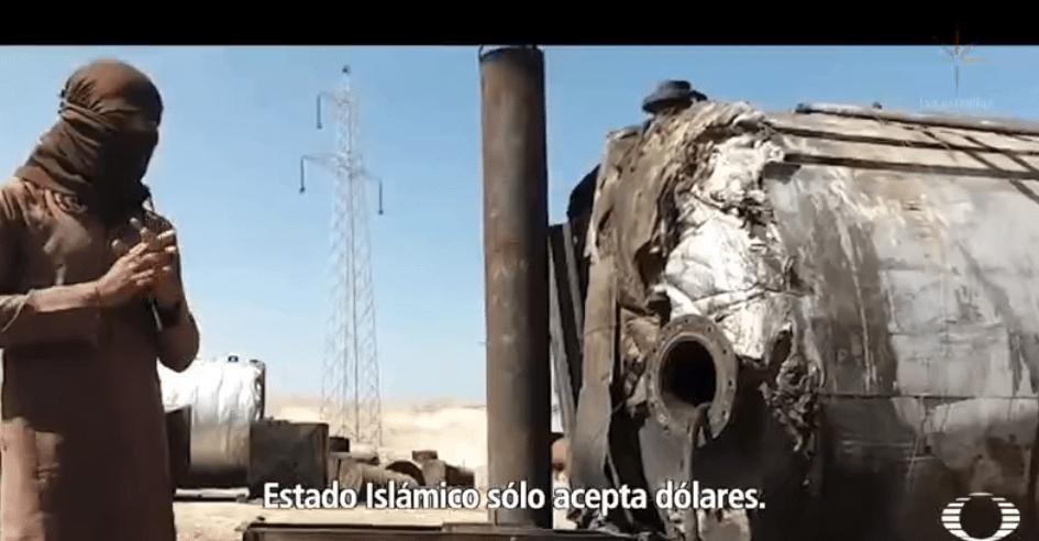 Hombre con máquina para refinar petróleo en territorio del Estado Islámico