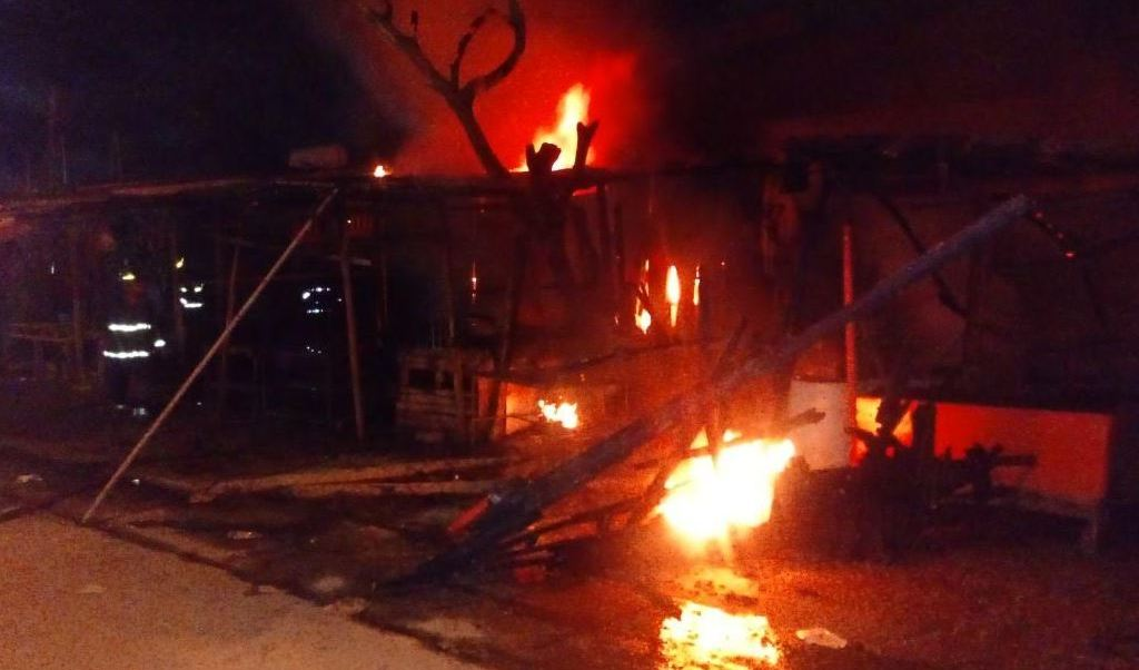 incendio consume locales en acapulco