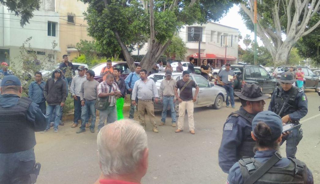 manifestantes desnudan funcionarios instituto electoral oaxaca