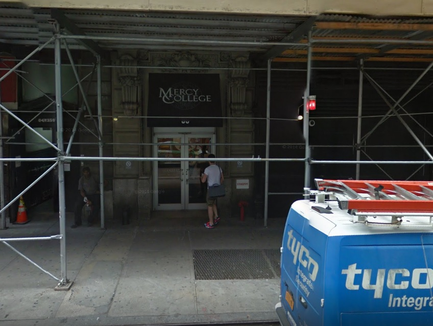 Desalojan escuela en Nueva York por amenaza de bomba