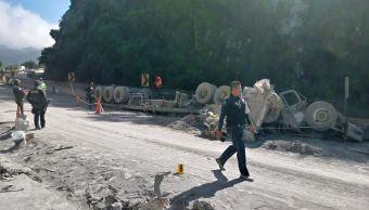 Mueren dos personas tras volcar tráiler con cemento en la Autopista del Sol
