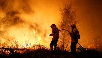 Suben 39 muertos incendios forestales Portugal y España