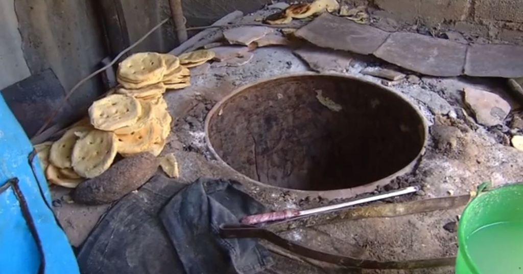 Mujeres de Juchitán reinician elaboración de totopos pese a hornos destruidos.
