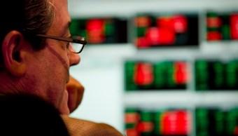 Operador revisa los avances de la Bolsa de Madrid