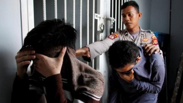 Arrestan a 58 hombres en un sauna gay en Yakarta