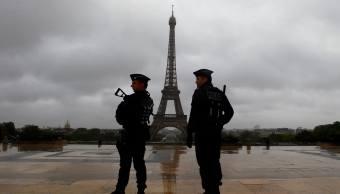 Policías en inmediaciones de la Torre Eiffel, en París