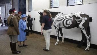 Caballo pintado de esqueleto sorprende a la Reina Isabel II