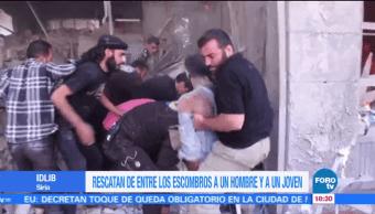Rescatan de entre los escombros a un hombre y a un joven en Idlib