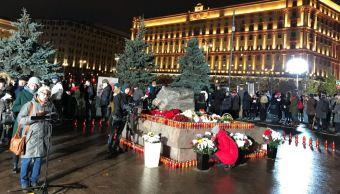 Rusos recuerdan a las víctimas purgas estalinistas frente a la sede del KGB