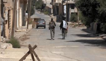 Soldados sirios caminan en una de las calles de Al Qariatain