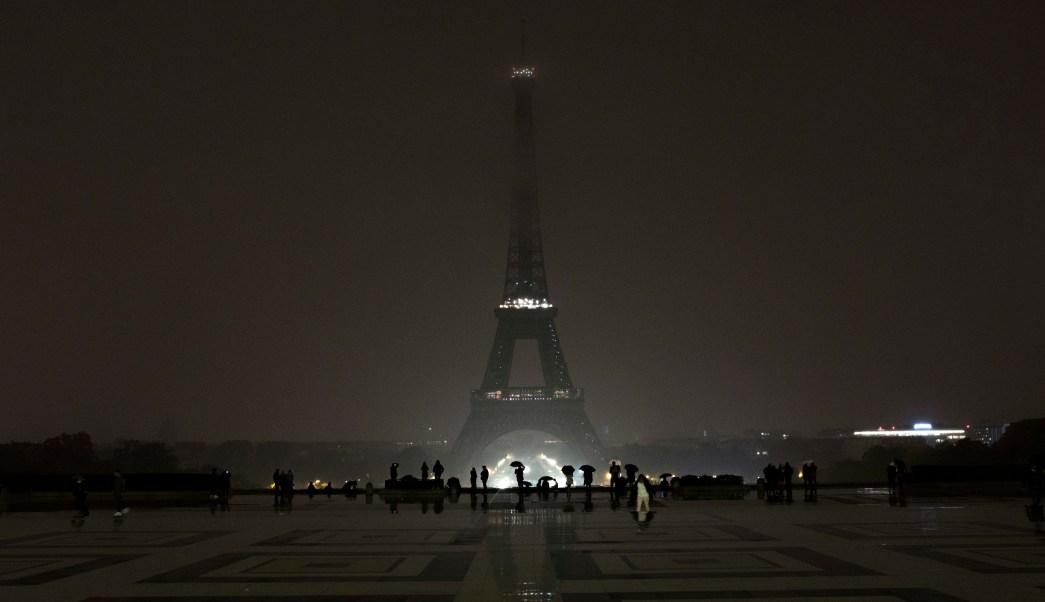 Torre Eiffel apaga luces homenaje víctimas tiroteo Las Vegas