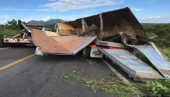 automovilistas saquen un trailer cargado con cervezas