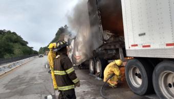 Tráiler de doble remolque se incendia en la Autopista del Sol