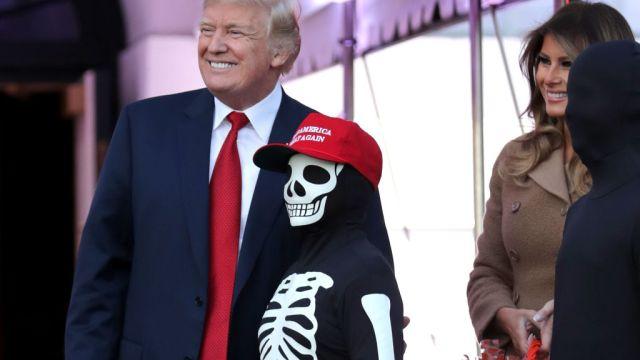 Trump festeja Halloween repartiendo dulces Casa Blanca