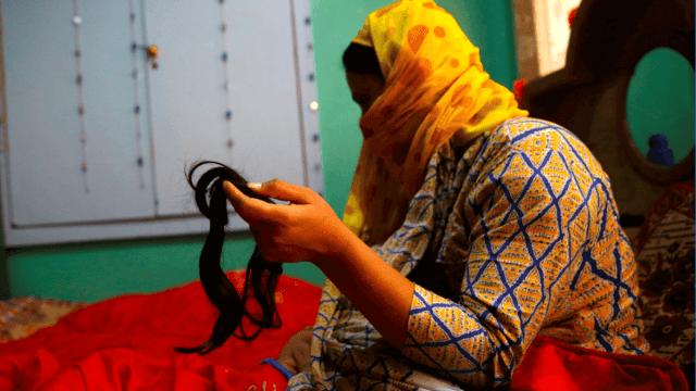 Una musulmana sostiene un mechón de su pelo en Cachemira India