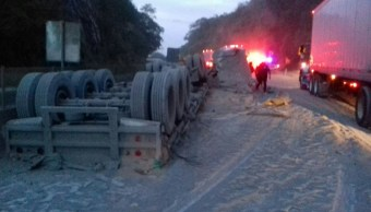 Vuelca tráiler cargado con cemento en Autopista del Sol