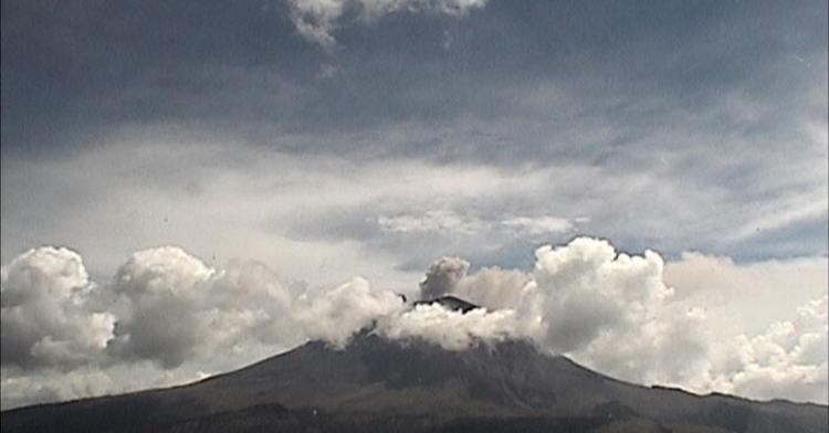 Exhalación del volcán Popocatépetl con vapor de agua