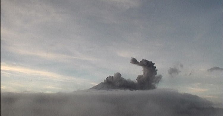 volcán popocateptl realiza explsion y provoca caida de ceniza