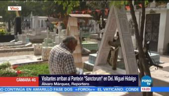 Visitantes llegan al Panteón Sanctorum, delegación Miguel Hidalgo de CDMX