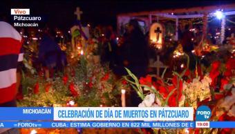 Habitantes de Pátzcuaro decoran los panteones por Día de Muertos