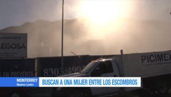 Buscan a mujer tras derrumbe en Monterrey