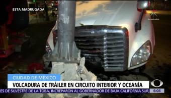 Vuelcan tráiler y auto en Circuito Interior, CDMX