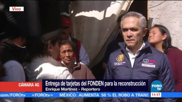 Mancera entrega tarjetas del Fonden para reconstrucción de viviendas