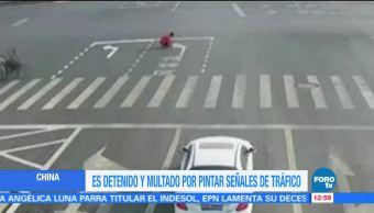 Repinta señales de tránsito y lo detienen