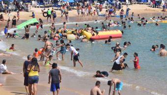 Turistas disfrutan de puente de Día de Muertos en playas de Acapulco