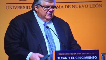 Agustín Carstens pide prudencia al aumentar el salario mínimo