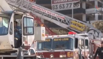 Bomberos participan en búsqueda de mujer desaparecida tras derrumbe en Monterrey