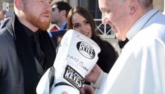 El Canelo Álvarez regala guantes box papa Francisco