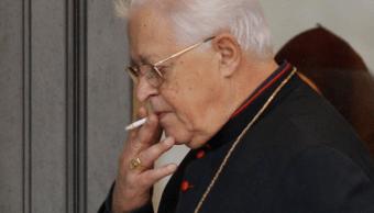 Un cardenal fuma dentro del Vaticano