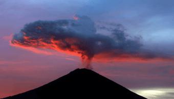 Continúa la actividad eruptiva del volcán Agung