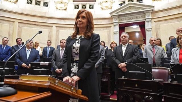 La expresidenta argentina Cristina Fernández jura como senadora