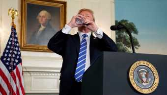 Trump interrumpe discurso beber agua y provoca burlas