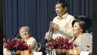 Duterte canta a Trump durante cena de gala