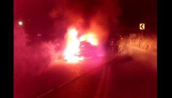 Fuego de toma clandestina alcanza camioneta