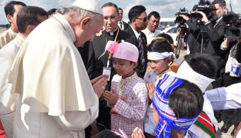 El papa Francisco saludó a niños durante su llegada a Myanmar