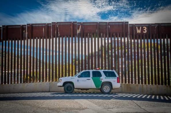 Una pareja se casa en el muro fronterizo
