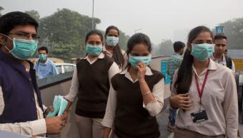 Habitantes de Nueva Delhi usan cubrebocas por altos niveles de contaminación atmosférica