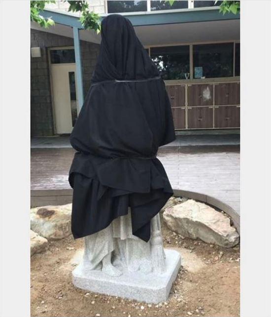 La estatua provocó que las autoridades de la escuela tuvieran que cubrir la figura para evitar conflictos. (Shitadelaide/Instagram)