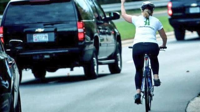 Mujer que puso seña obscena convoy Trump es despedida
