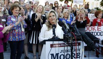 Esposa de Roy Moore, candidato acusado de abuso sexual, lo defiende